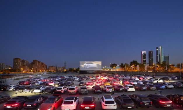 Espectacular reunión de 250 Porsche en el autocine de Madrid