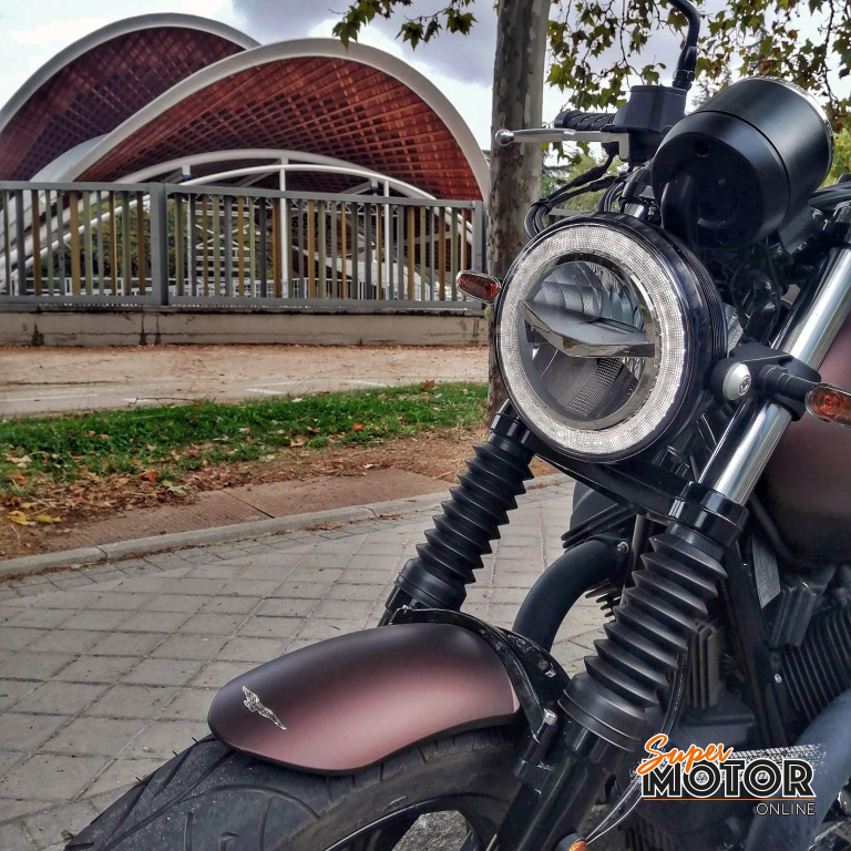 Rodando con la Moto Guzzi V7 Night Pack 2020