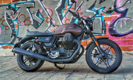 Rodando con la Moto Guzzi V7 Night Pack 2020